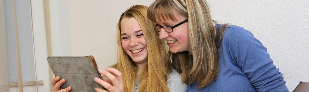2 lachende Mädchen b